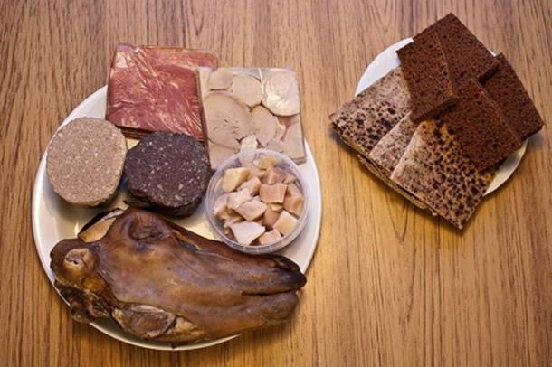 Comida tradicional islandesa (plato a la izquierda: Hangikjöt, Hrútspungar, Lifrarpylsa, Blóðmör, Hákarl, Svið. Plato a la derecha: Rúgbrauð, Flatbrauð) (CC BY-SA 3.0)