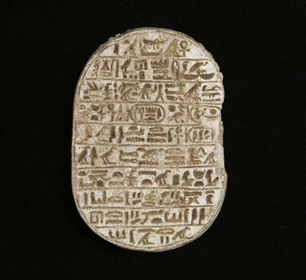 """Un escarabajo conmemorativo de Amenhotep III. Este escarabajo pertenece a una clase llamada """"escarabajos matrimoniales"""", que afirman el poder divino del rey y la legitimidad de su esposa, Tiye. Museo de Arte Walters, Baltimore. (Dominio público)"""