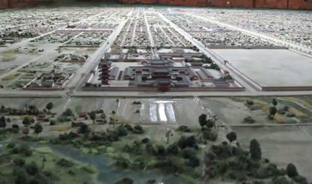 Complejo de templos de Saiji visto desde el sur en un modelo en miniatura. (う ぃ き 野 郎 / Dominio público)