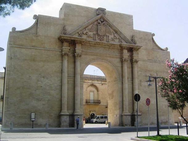 Conservación de la puerta de la ciudad en Lecce, Italia, realizada de acuerdo con la Carta de Venecia. (Colar ~ commonswiki / Dominio Público)