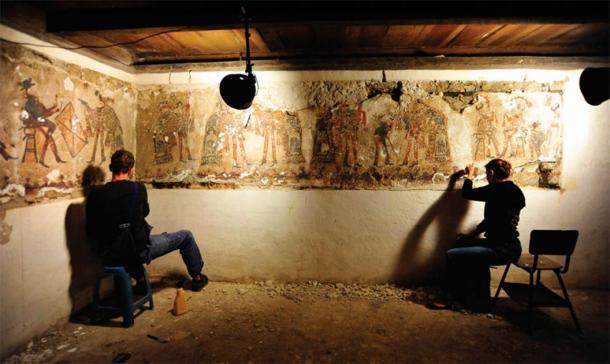 Trabajos de conservación de las pinturas murales mayas Ixil en la casa n. ° 3 en 2015. (Fuente: R. Słaboński / Antiquity Publications Ltd)