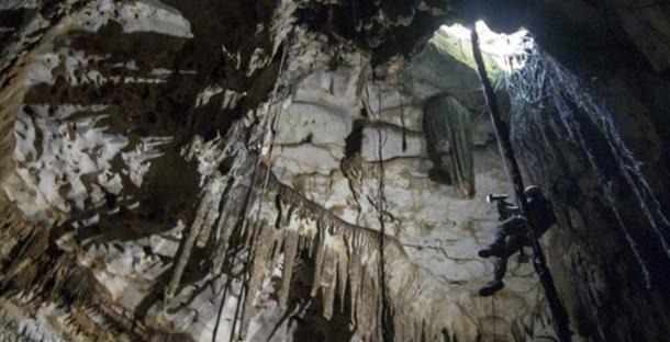 Corey Jaskolski escanea la entrada a la cueva en Chichen Itzá (Karla Ortega / GAM Project)