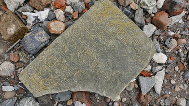 Cosas encontradas: costa expuesta durante la marea alta en el Támesis. Piedra, plana y de tamaño A4, con las marcas del albañil claramente visibles. (Tom Lee / CC BY-SA 2.0)