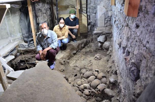 Los arqueólogos encontraron cráneos de hombres, mujeres y niños en la torre de cráneos. (INAH)