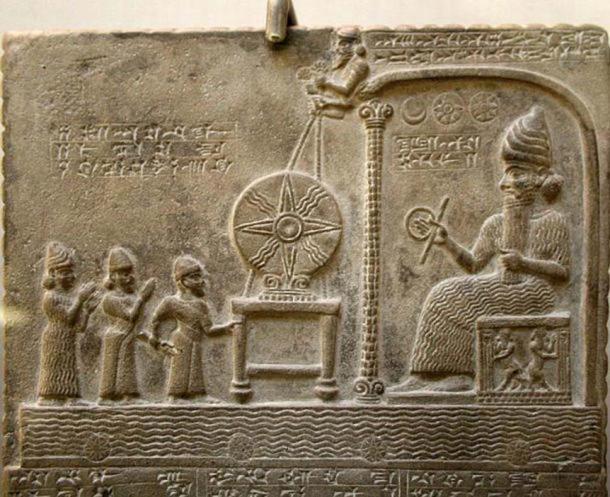 Imagen recortada de la Tableta de Shamash (Utu) que muestra la figura de Shamash (Utu) en el trono. (CC BY-SA 4.0)