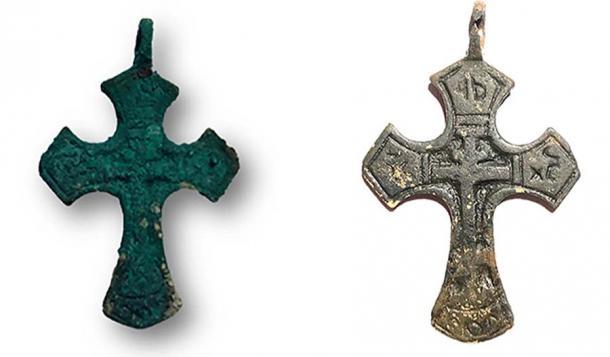 La cruz de cobre encontrada en la mujer momificada. Imagen: Elena Solovyeva