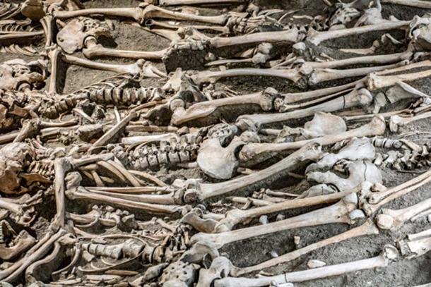 Cuerpos exhumados: los huesos se limpian y se dejan blanquear bajo el sol. (milkovasa / Adobe)