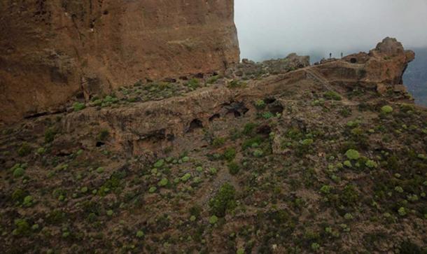 Cuevas vistas alrededor de la base de Roque Bentayga. Crédito: Ioannis Syrigos