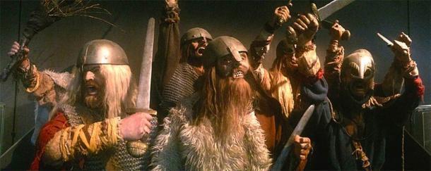 Si bien la cultura popular ha representado a los vikingos con cascos decorados con cuernos, astas o alas, esta imagen solo entró en la imaginación colectiva en el siglo XIX debido a la fantasía artística y literaria. En el diorama de arriba, se puede ver a los vikingos con cascos como el descubierto en Yarm, sin cuernos, en el Museo Arqueológico de Stavanger, Noruega. (Wolfmann / CC BY SA 4.0)