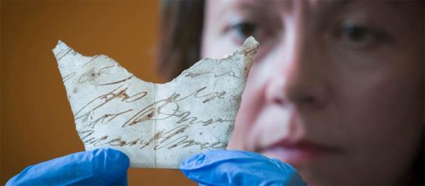 La curadora, Anna Forrest, sostiene uno de los descubrimientos que se encuentran debajo de las tablas del piso de Oxburgh Hall. (National Trust)