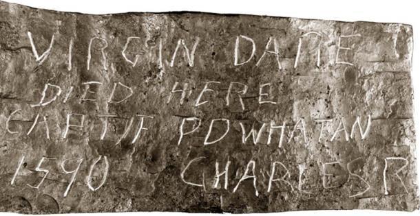 """Lectura de la piedra Dare: """" Virgin Dare murió aquí, Captif Powhatan, 1590, Charles R"""" (Autor desconocido / Dominio público)"""