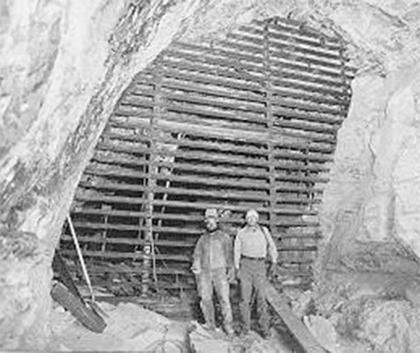 Dave Derosiers y Stan Sloan del Servicio de Parques Nacionales muestran la puerta de la cueva de Stanton completada: 20 pies de alto y 20 pies de ancho. (Bat Conservation International)