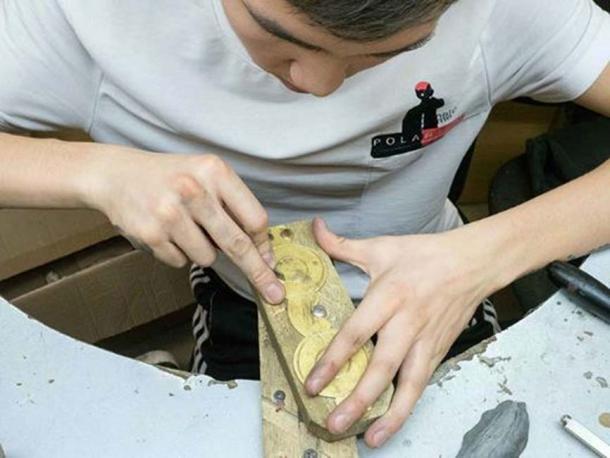 De vuelta a la moda: un artesano en Yakutsk fabrica un par de gafas de nieve nuevas. Imagen: Los tiempos siberianos