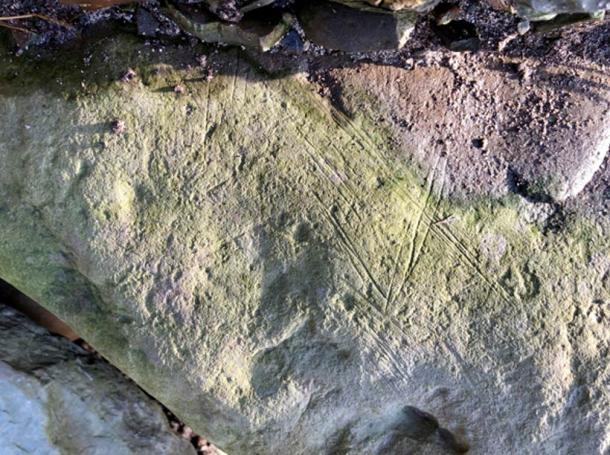 Una de las caras decoradas de una gran piedra encontrada en la Estructura Diez, Ness of Brodgar, en 2013, que tiene las mismas marcas que la nueva piedra encontrada en la Bahía de Skaill. (Hugo Anderson-Whymark / Instituto de Arqueología UHI)