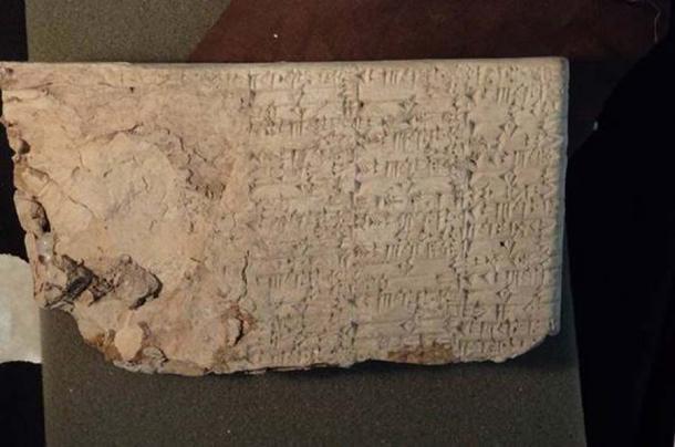 En 2017, el Departamento de Justicia anunció una acción civil para confiscar miles de antiguos artefactos iraquíes importados por Hobby Lobby para su Museo de la Biblia, incluida esta tablilla cuneiforme. (Department of Justice)