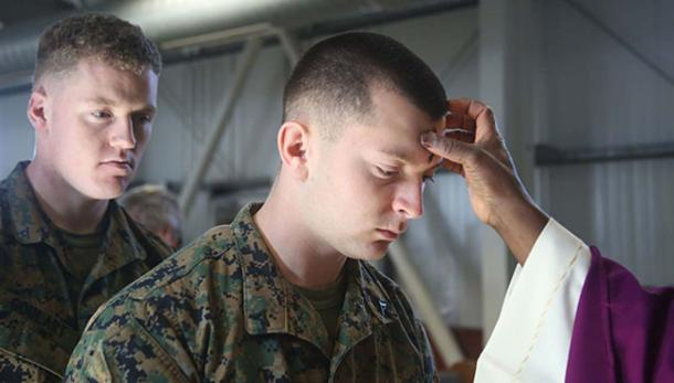 Desplegados marines estadounidenses, los soldados observan el miércoles de ceniza (Dominio publico)