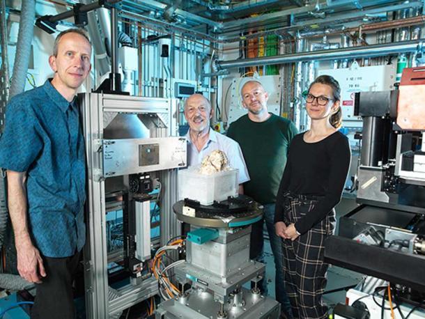 El equipo de Diamond Light Source, que proporcionó un escaneo innovador para el estudio Pie Pequeño publicado recientemente. (Fuente de luz de diamante)