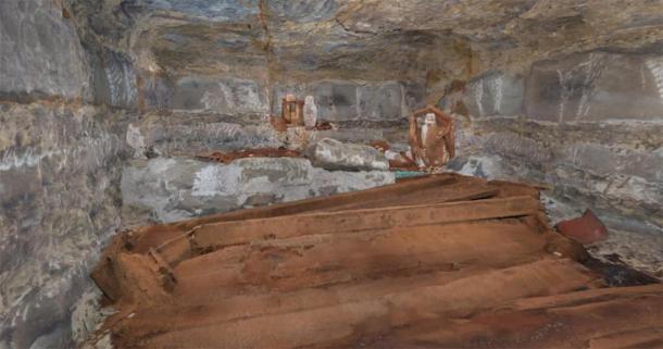 La cámara funeraria recién descubierta con cuatro ataúdes de madera. Crédito: Ministerio de Turismo y Antigüedades.
