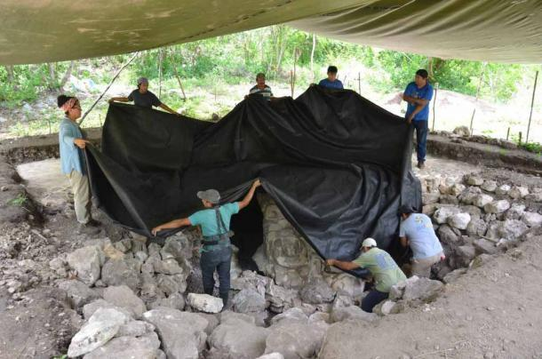 Reconociendo la naturaleza sensible de su descubrimiento, los arqueólogos han vuelto a enterrar la escultura completamente restaurada, garantizando así su conservación. (INAH)