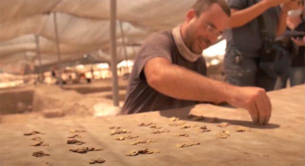 El descubrimiento de 425 monedas de oro de 24 quilates en Israel se realizó durante una excavación arqueológica en Yavne como parte de un programa juvenil de vacaciones de verano. (Autoridad de Antigüedades de Israel)