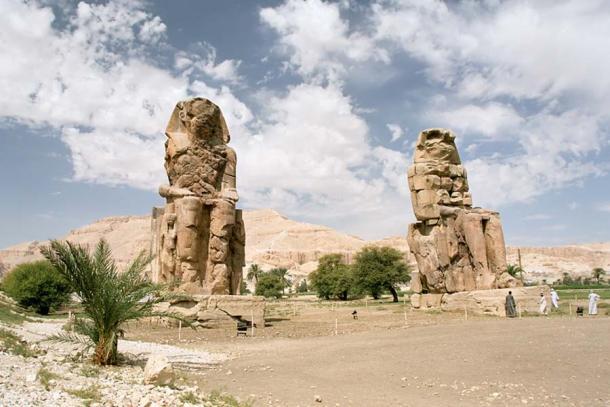 Dos estatuas de Amenhotep III (pilares de Memnon) en la entrada de su templo (CC by SA 2.5)