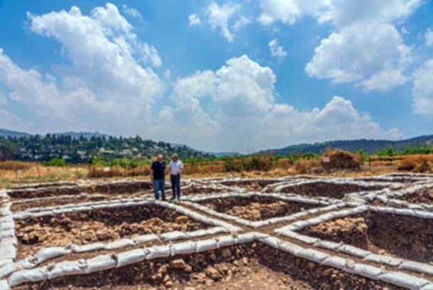 El Dr. Hamoudi Khalaily (izquierda) y el Dr. Jacob Vardi, directores de las excavaciones en el asentamiento neolítico. (Yaniv Berman, Autoridad de Antigüedades de Israel)