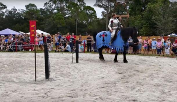 Durante los juegos medievales. (CraigShipp.com / YouTube Screenshot)