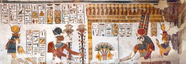 Antiguos dioses egipcios (Amun-Ra y la diosa Mut se pueden ver a la derecha) y faraones encontrados en el Templo Khonsu. (kairoinfo4u / CC BY-NC-SA 2.0)