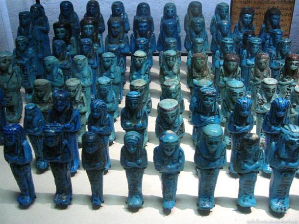 Figuras de shabti de pigmento azul egipcio en exhibición en la exhibición egipcia en el Louvre en Francia en 2006. (sataikasia / CC BY-NC-ND 3.0)