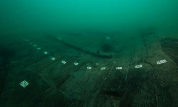 El casco de madera del nuevo barco egipcio que encontraron los arqueólogos marinos. (Christoph Gerigk / Franck Goddio / Fundación Hilti)