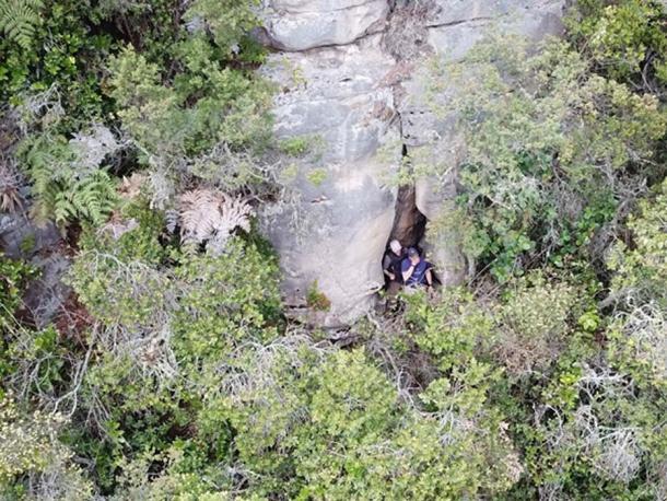"""El equipo """"A"""" explora grietas en la base del acantilado"""