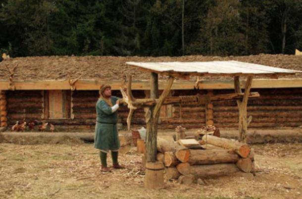 El ermitaño ruso recoge agua de pozo. (Citydesert)
