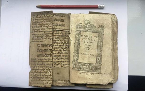 El fragmento redescubierto del Canon de Medicina de Ibn Sīna, se dobló en la encuadernación de un libro posterior. (University College Cork)