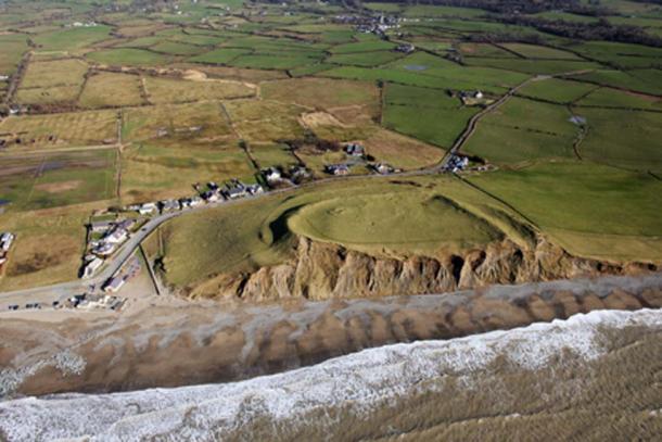 El fuerte costero de Dinas Dinlle es un fuerte de la colina de la Edad del Hierro que los expertos han identificado bajo la amenaza del cambio climático. Fuente: Crown Copyright