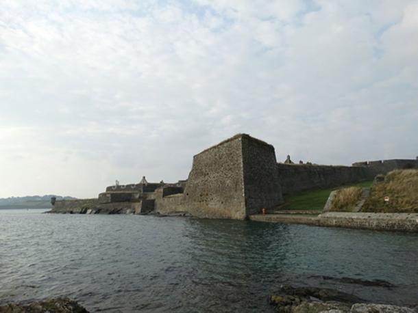 El lugar donde la Dama Blanca de Kinsale supuestamente saltó de Charles Fort. (El pájaro manchado / CC BY SA 4.0)