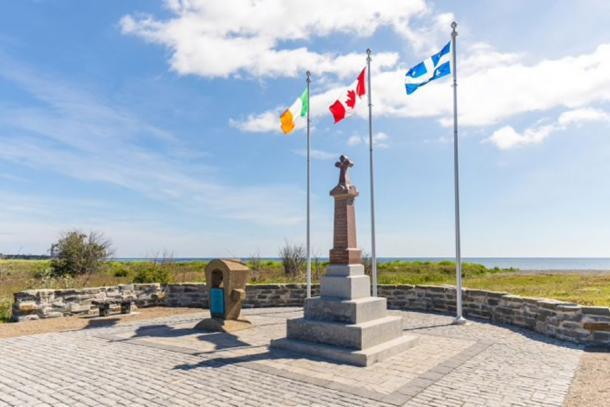 El Memorial de Irlanda en la playa de Cap-des-Rosiers fue erigido en 1990 en honor a las personas que murieron durante el naufragio de Carricks. (Parques Canadá / Uso Justo)