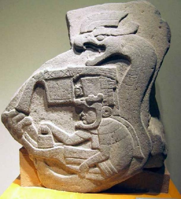 El Monumento Olmec 19, de La Venta, Tabasco, muestra a un hombre sosteniendo el bolso en la mano. (Xuan Che )