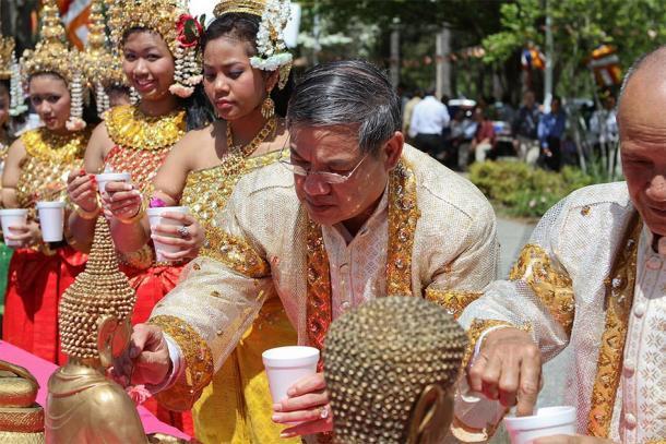 Los miembros mayores de la comunidad realizan un ritual para el Año Nuevo camboyano. (Sam Sith / CC BY-SA 2.0)