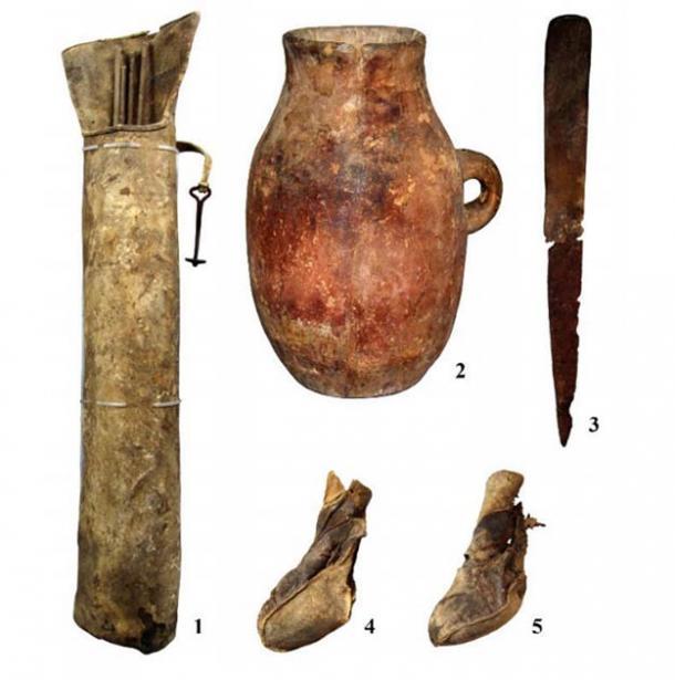 Elementos de equipamiento y enseres domésticos recuperados de la cueva. 1: un carcaj con un gancho; 2: un recipiente; 3: un cuchillo; 4 y 5: zapatos. (Nikolai Seregin / CC BY-SA 4.0)