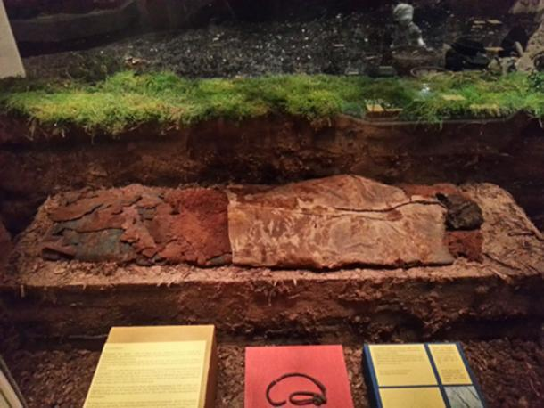 La Mujer Elling en exhibición en el Museo Silkeborg, junto con la cuerda de piel encontrada con su cuerpo. (Desviar viajes)
