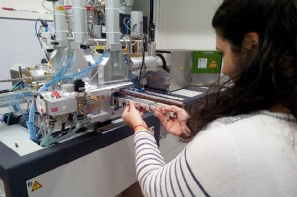 Emmanuelle Casanova, uno de los científicos de Bristol que trabajó en el proyecto cargando el espectrómetro de masas del acelerador de Bristol con muestras para la nueva técnica de datación. (Universidad de Bristol)