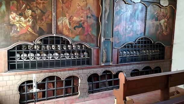En Schusterkapelle en Dingolfing, Alemania, hay 60 cráneos pintados en una casa de charnel. (Helmlechner / CC BY-SA 4.0)