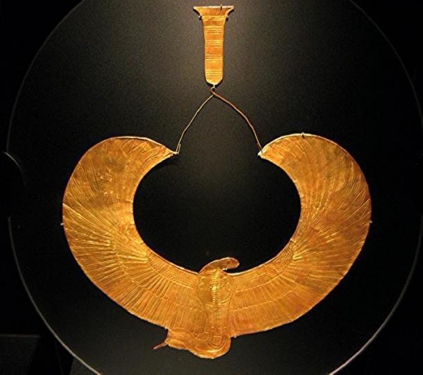 Este collar de amuleto de cobra con alas de oro grabado fue uno de los varios encontrados en el tórax de la momia del rey Tut, tiene la forma de Wadjet, la diosa de la cobra alada del Bajo Egipto. (woodsboy2011 / CC BY-SA 2.0)
