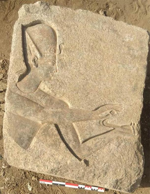 Grabado con la serpiente uraeus representante de los reyes egipcios que sobresalen del tocado. (Ministerio de Turismo y Antigüedades)