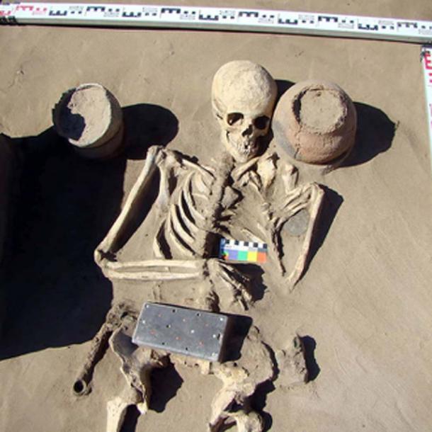 Entierro a las 1/29, un esqueleto de 2,100 años con hebilla de cinturón. Fotos: HMC RAS / Pavel Leus