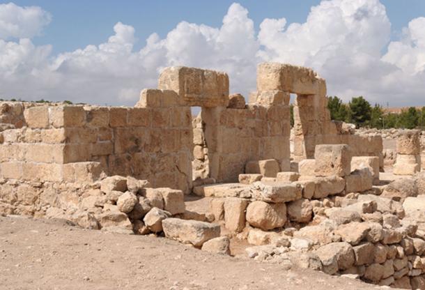 Entrada de piedra y muro de la sinagoga en ruinas en la antigua ciudad de Samaria, hogar de los samaritanos. (slavapolo/ Adobe)