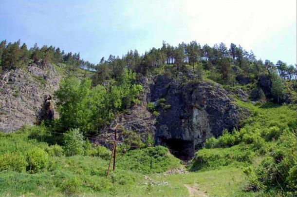 La entrada a la Cueva Denisova y la excavación arqueológica por dentro.