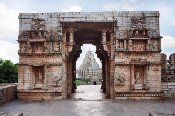 Entrada a Vijay Stambh en Chittorgarh, con una vista del templo Mirabai a través de la puerta. (RealityImages / Adobe Stock)