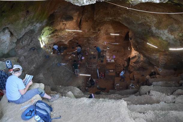 Vista desde la entrada de la cueva Lapa do Picareiro durante las excavaciones arqueológicas. (Jonathan Haws / Universidad de Louisville)
