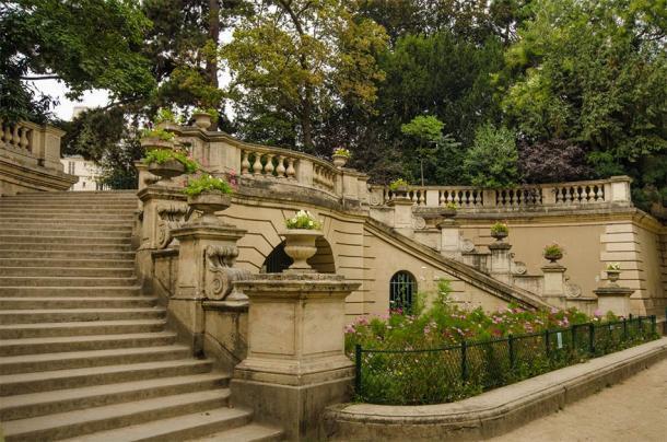 La entrada a las Arènes de Lutèce, en la Plaza del Capitán, que es un parque público que contiene los restos de uno de los anfiteatros más grandes construidos por los romanos. (lembi / Adobe Stock)
